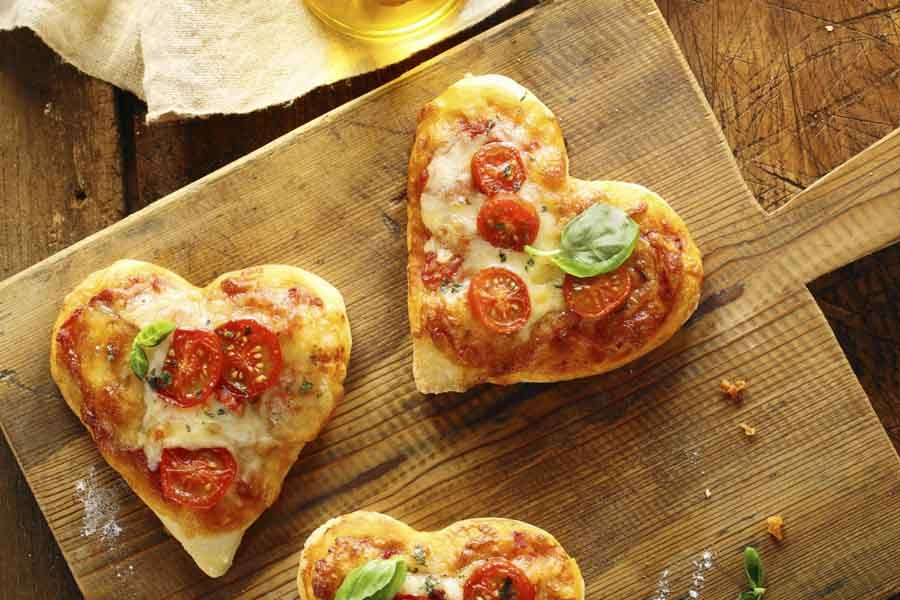 Ten not so corny ways to celebrate valentine 39 s day for Valentine s day meals to cook together
