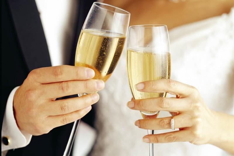 Easy-Weddings-Cheers-1-900x600-800x533